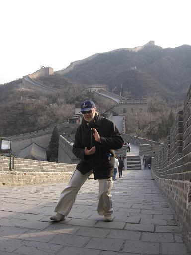 Pratique du tai–chi sur la muraille par un blogueur étranger